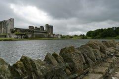 Castillo de Caerphilly bajo el cielo que amenaza Fotos de archivo