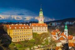 Castillo de Cesky Krumlov con el cielo tempestuoso dramático, República Checa foto de archivo