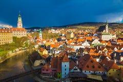 Castillo de Cesky Krumlov con el cielo tempestuoso dramático, República Checa Fotos de archivo libres de regalías