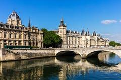 Castillo de Conciergerie y puente del cambio sobre el río el Sena parís Fotos de archivo