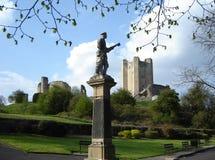 Castillo de Conisbrough y monumento de guerra Foto de archivo libre de regalías