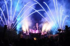 Castillo de Disney con el fuego artificial Imagen de archivo