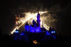 Castillo de Disney con el fuego artificial Foto de archivo