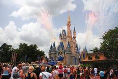 Castillo de Disney con los fuegos artificiales Foto de archivo libre de regalías