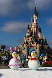 Castillo de Disneyland París con las decoraciones de la Navidad Fotos de archivo libres de regalías