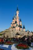 Castillo de Disneyland París con las decoraciones de la Navidad Imágenes de archivo libres de regalías