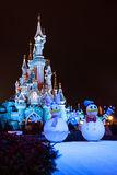Castillo de Disneyland París durante celebraciones de la Navidad Imagen de archivo libre de regalías