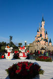 Castillo de Disneyland París durante celebraciones de la Navidad Imágenes de archivo libres de regalías