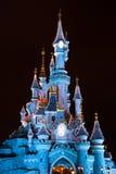 Castillo de Disneyland París durante celebraciones de la Navidad en la noche Fotos de archivo libres de regalías