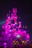 Castillo de Disneylandya París iluminado en el durin de la noche Imagen de archivo