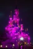 Castillo de Disneylandya París iluminado en el durin de la noche Foto de archivo libre de regalías