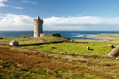 Castillo de Doonagore en la paisaje-Irlanda hermosa. Imagen de archivo