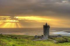 Castillo de Doonagore en la puesta del sol en Irlanda. Foto de archivo libre de regalías
