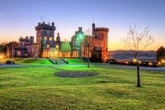 Castillo de Dromoland durante la noche en la puesta del sol. Fotografía de archivo libre de regalías