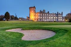 Castillo de Dromoland en la oscuridad en Irlanda del oeste. Imagen de archivo