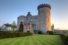 Castillo de Dromoland en la oscuridad en Irlanda del oeste. Foto de archivo libre de regalías
