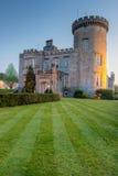 Castillo de Dromoland en la oscuridad en Irlanda del oeste. Foto de archivo