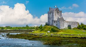 Castillo de Dunguaire, casa del siglo XVI de la torre en el condado Galway cerca de Kinvarra, Irlanda imagen de archivo