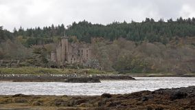 Castillo de Dunvegan en la isla de Skye - el asiento del MacLeod de MacLeod, Escocia, Reino Unido metrajes