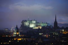 Castillo de Edimburgo en la oscuridad en invierno Imagen de archivo libre de regalías