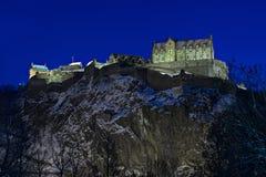 Castillo de Edimburgo, Escocia, Reino Unido, en la oscuridad en invierno imágenes de archivo libres de regalías