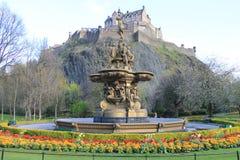 Castillo de Edimburgo y la fuente fotos de archivo libres de regalías