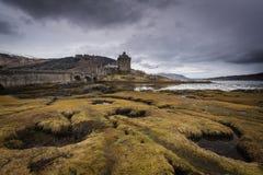 Castillo de Eilean Donan en la orilla del lago Duich Montañas, Scotl imagen de archivo libre de regalías
