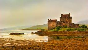 Castillo de Eilean Donan en niebla Imagenes de archivo