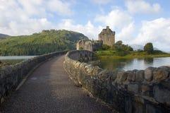 Castillo de Eilean Donan, montañas de Escocia Fotos de archivo