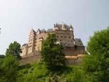 Castillo de Eltz visto de The Creek abajo Fotos de archivo