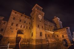 Castillo de Estense de la ciudad del renacimiento de Ferrara en la noche Fotos de archivo