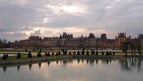 Castillo de Fontainebleau en Francia en la puesta del sol fotos de archivo