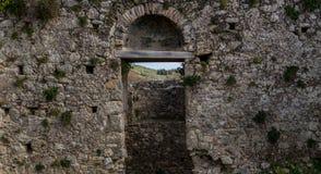 Castillo de Gardiki, Corfú Puerta de los restos de un castillo medieval en Corfú Grecia Europa Foto de archivo