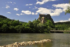 Castillo de hadas sobre el río fotografía de archivo