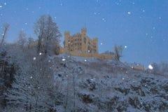 Castillo de Hohenschwangau en las montañas bávaras en invierno alemania Fotos de archivo libres de regalías