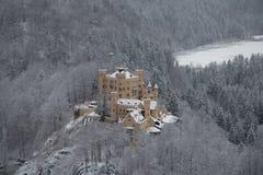 Castillo de Hohenschwangau en las montañas bávaras en invierno alemania Imagen de archivo libre de regalías
