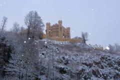 Castillo de Hohenschwangau en las montañas bávaras en invierno alemania Foto de archivo libre de regalías