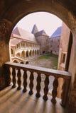 Castillo de Hunedoara: opinión del patio de un balcón Fotografía de archivo libre de regalías