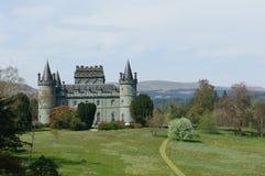 Castillo de Inverary y sus argumentos circundantes Fotos de archivo libres de regalías