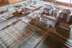 CASTILLO DE JAGUA, KUBA - FEBRUARI 12, 2016: Modell av den övergav Juragua kärnkraftverket på den Castillo de Jagua slotten, Cu royaltyfri bild
