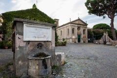 Castillo de Julio II en Ostia Antica Roma e iglesia foto de archivo