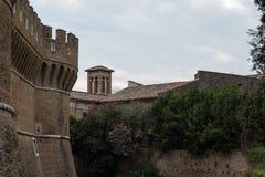 Castillo de Julio II en Ostia Antica Roma e iglesia imagenes de archivo
