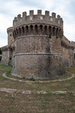 Castillo de Julio II en Ostia Antica Roma e iglesia fotografía de archivo