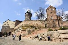 Castillo de Kaiserburg que aumenta sobre el Altstadt en Nuremberg fotografía de archivo libre de regalías
