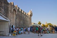Castillo de Kamerlengo de la visita de los turistas en Trogir Fotografía de archivo