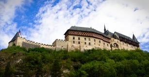 Castillo de Karlstein en la colina Imagen de archivo libre de regalías