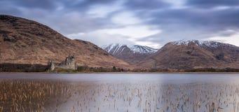 Castillo de Kilchurn que mira sobre temor del lago fotos de archivo