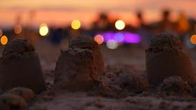 Castillo de la arena en el mar Mediterráneo con puesta del sol almacen de metraje de vídeo