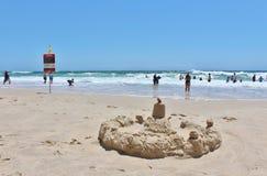 Castillo de la arena en paraíso de las personas que practica surf Imagen de archivo