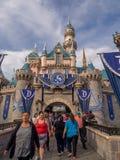 Castillo de la bella durmiente en Fantasyland en el parque de Disneyland Fotografía de archivo libre de regalías